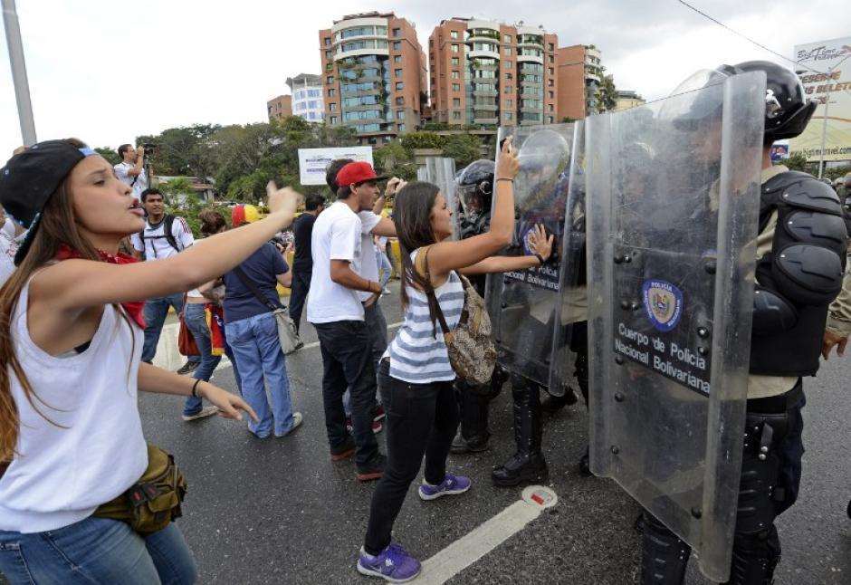 Manifestantes antigubernamentales luchan con los miembros de la Guardia Nacional durante una protesta en el este de Caracas; ellos tratan de persuadir a las fuerzas de seguridad de que también son parte del pueblo que está oprimido por Nicolas Maduro. (Foto: AFP/ Juan Barreto)