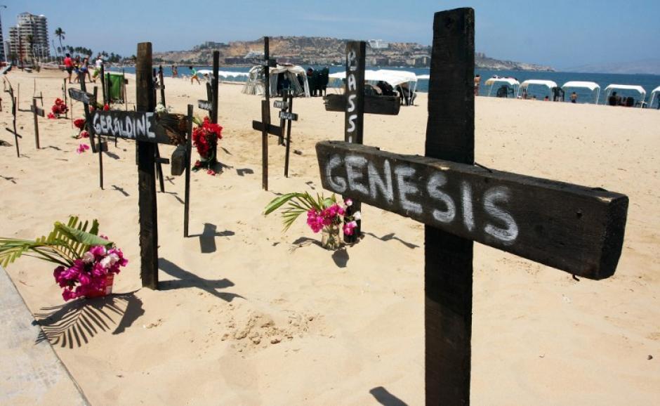 Varias cruces se colocan en la playa, en protesta de los estudiantes asesinados durante las manifestaciones en Puerto la Cruz, el 1 de marzo de 2014. Los manifestantes antigubernamentales salieron a las calles de la capital de Venezuela el sábado, pidiendo la liberación de decenas de activistas que han sido detenidos durante las tres semanas de manifestaciones violentas. (Foto: AFP / Carlos Landaeta)