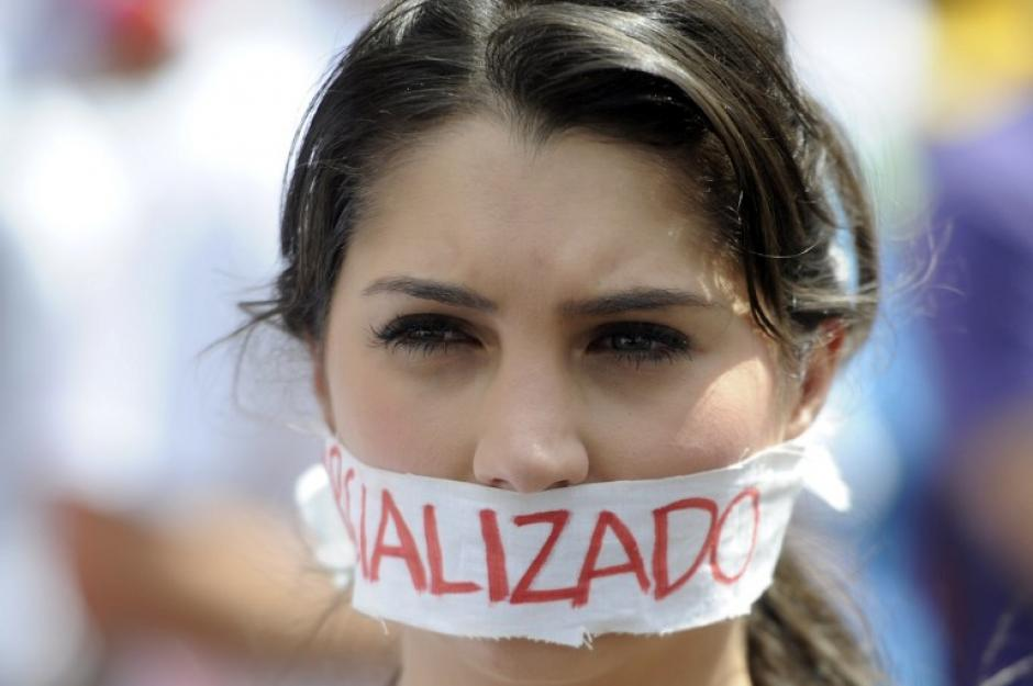 Una activista de la oposición participa en una protesta contra el gobierno del presidente venezolano, Nicolás Maduro, en Caracas; la mayoría de manifestaciones han terminado de forma violenta. (Foto: AFP/Leo Ramirez)