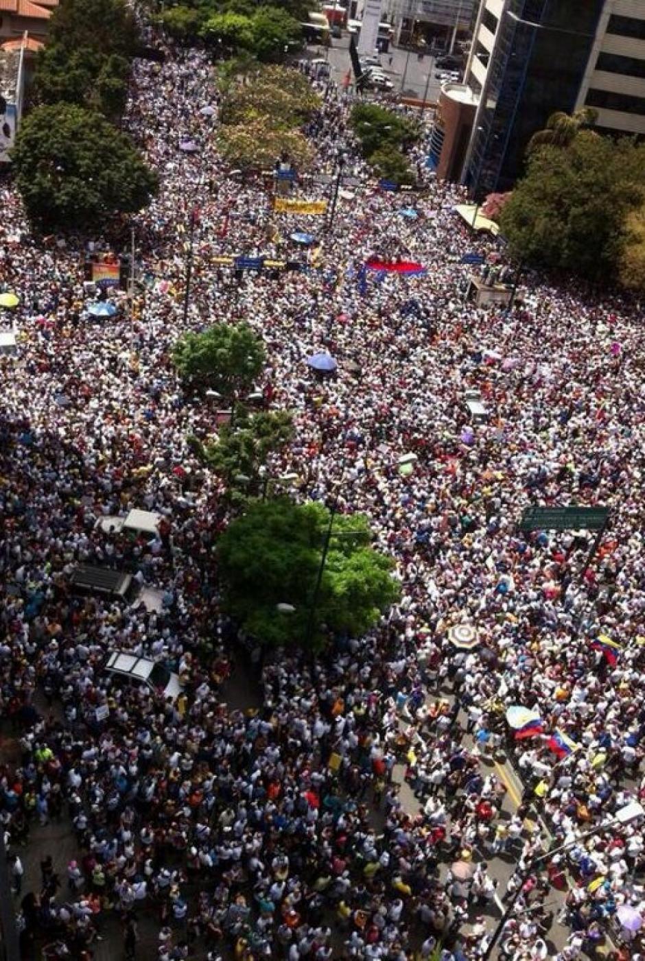 Activistas de la oposición marchan durante una protesta contra el gobierno del presidente venezolano, Nicolás Maduro, en Caracas, el 2 de marzo de 2014. Una nueva marcha se produjo el domingo después de una noche tranquila en la capital. Al menos 250 heridos desde una ola de protestas que comenzó el 4 de febrero. (Foto: AFP PHOTO)