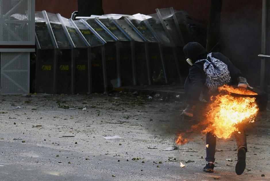 Las bombas Molotov han sido utilizadas en las protestas; los inconformes en ocasiones salen con la peor parte al utilizarlas contra las fuerzas de seguridad. (Foto: AFP/Leo Ramirez)