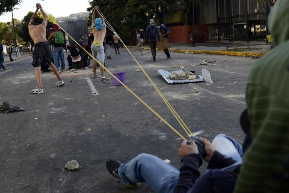 Los inconformes con la administración de Nicólas Maduro han tratado de defenderse de las fuerzas de seguridad con ingenio. (Foto: AFP/Leo Ramirez)