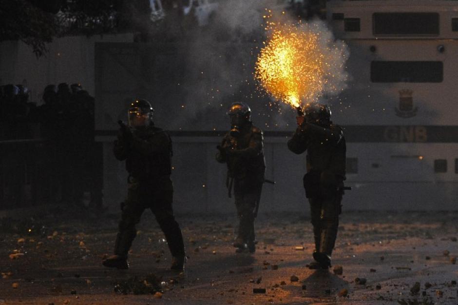 Los miembros de la Guardia Nacional dispararon durante una protesta contra el gobierno del presidente venezolano, Nicolás Maduro, en Caracas. Hasta el momento 18 personas han perdido la vida, las manisfestaciones siguen. (Foto: AFP/Leo Ramirez)