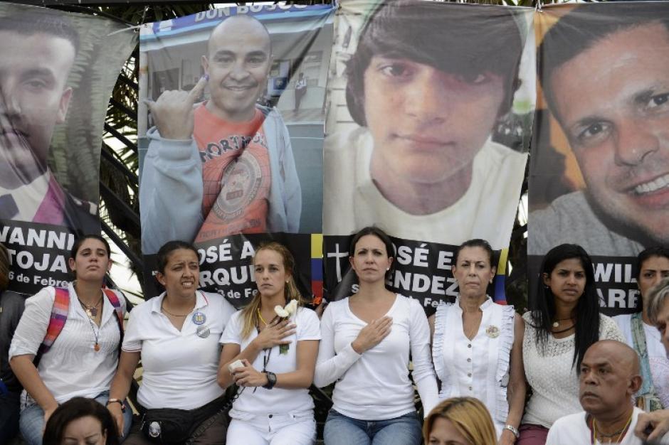 Las pancartas con los rostros de las 18 víctimas mortales fueron colgadas en las rejas que encierran el aeropuerto La Carlota de Caracas. (Foto: AFP)