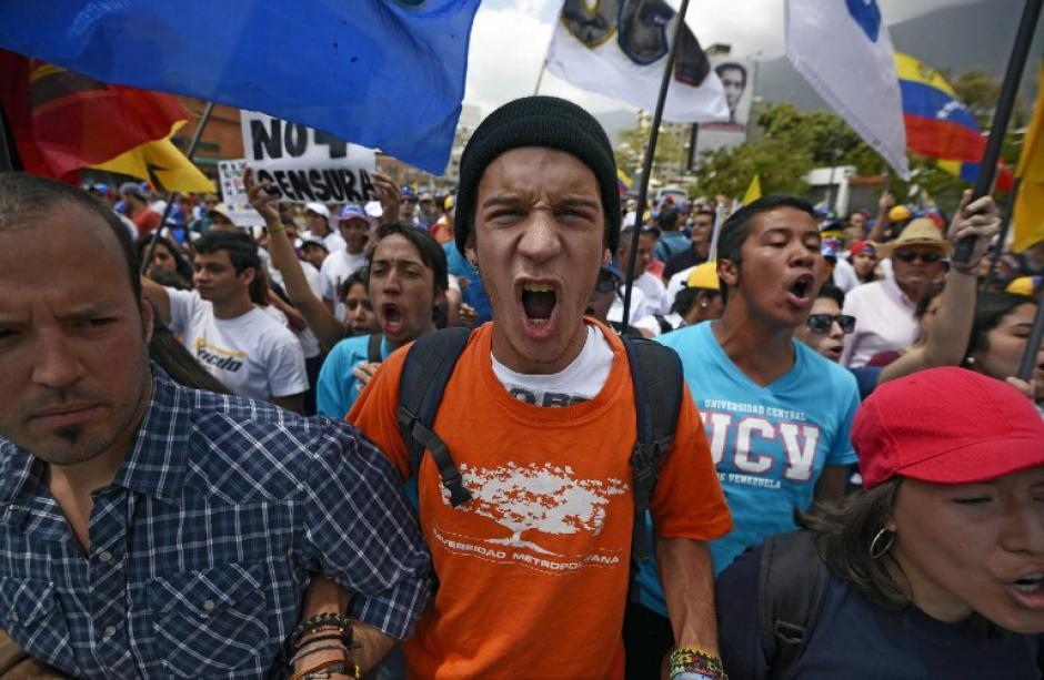 Nuevamente miles de personas participaron en la marcha, que se realiza en la víspera del primer aniversario luctuoso de Hugo Chávez. (Foto: AFP)