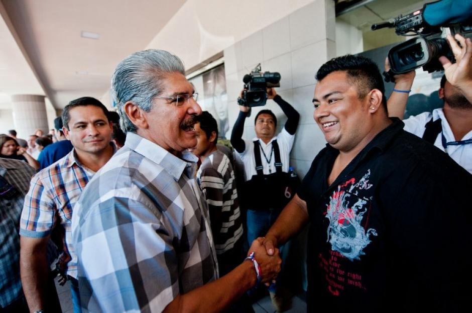 Norman Quijano, candidato a la presidencia del partido conservador Alianza Republicana Nacionalista (ARENA) saluda a simpatizantes en San Salvador el sábado 8, en la víspera de la segunda vuelta electoral por la presidencia del El Salvador. (Foto: AFP)