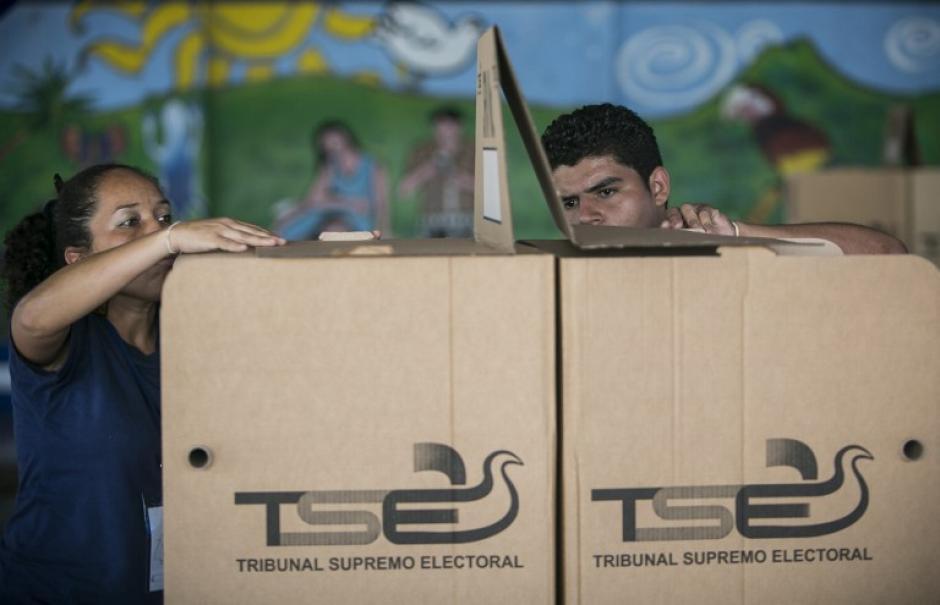 Las urnas electorales son instaladas en los diversos centros de votación por personal del Tribunal Supremo Electoral de El Salvador en la víspera de la segunda vuelta electoral por la presidencia de este país disputada entre ARENA y el FMLN. (Foto: AFP)