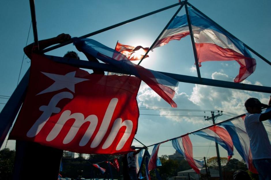 Banderines de ARENA y el FMLN ondean en una calle de San Salvador en la víspera de la segunda vuelta electoral por la presidencia en la que participan los candidatos Norman Quijano y Salvador Sánchez Cerén, respectivamente. (Foto: AFP)