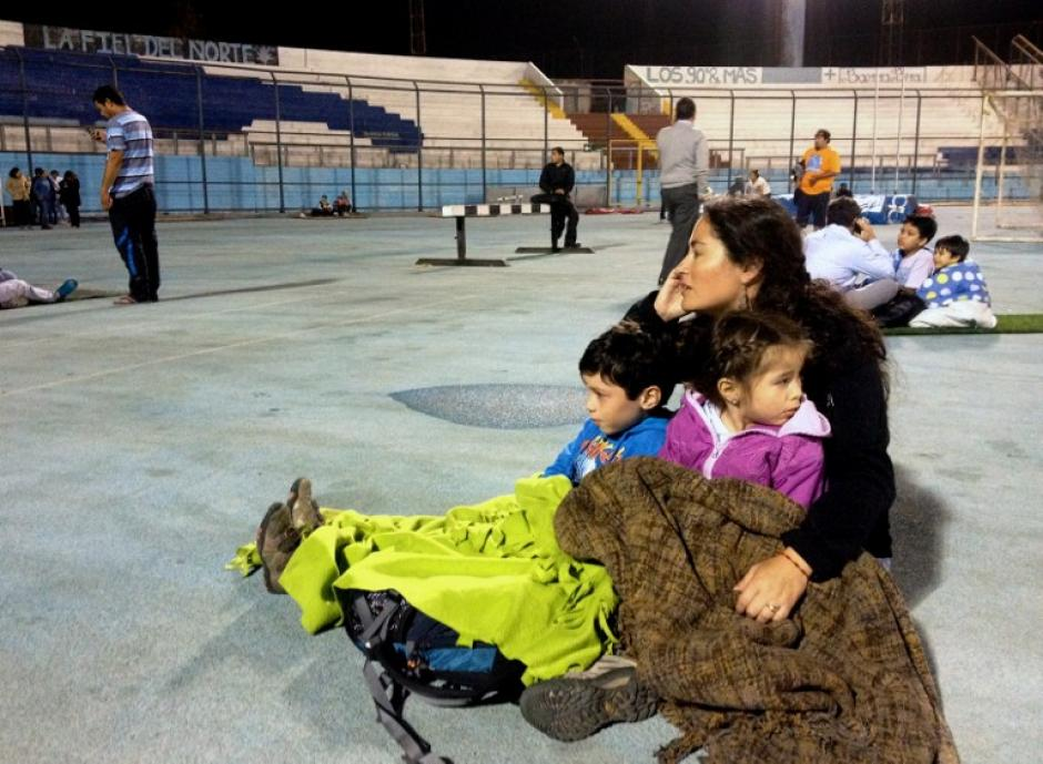 Los estadios y lugares públicos sirven de refugios en Chile. (Foto: AFP)