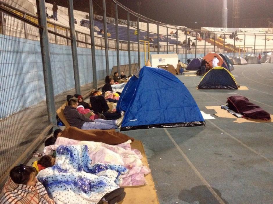Casi un millón de personas pasaron la noche acampando o en refugios en las zonas altas de las ciudades, para mantenerse alejados de la costa una vez que se dio la alerta de tsunami, que se levantó de madrugada. (Foto: AFP)