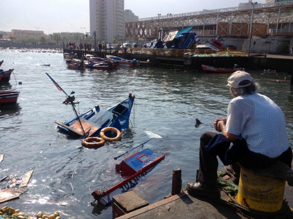 En el puerto de la ciudad hubo cerca de 80 embarcaciones dañadas, hundidas y otras arrastradas por el mar hacia tierra, indicaron pescadores. (Foto: AFP)