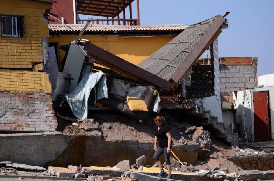 El terremoto, con epicentro en el mar, a 89 kilómetros al suroeste de Cuya, frente a la costa de la región de Tarapacá, causó gran alarma en la población y la muerte de seis personas por heridas cuando estructuras colapsaron. (Foto. AFP)