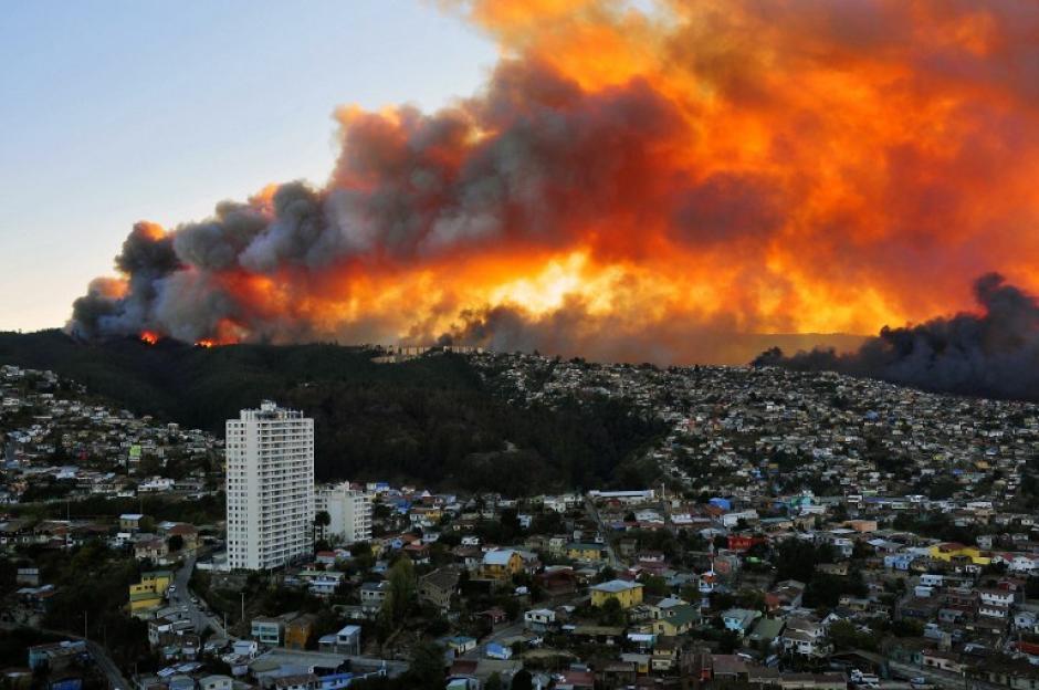 Un devastador incendio forestal afecta desde el sábado al puerto de Valparaíso. El fuego comenzó en horas de la tarde en una zona conocida como camino La Pólvora. (Foto: EFE)