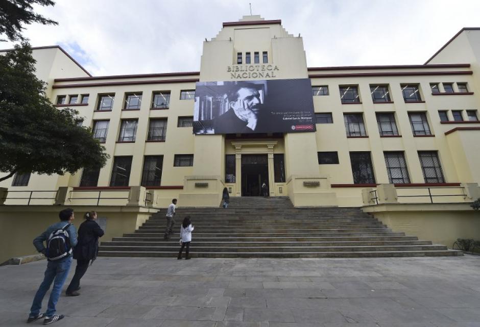 Una gran fotografía del Premio Nobel de Literatura colombiano 1982, el laureado Gabriel García Márquez, se cierne sobre la entrada de la Biblioteca Nacional, en Bogotá. (Foto: AFP/Luis Acosta)