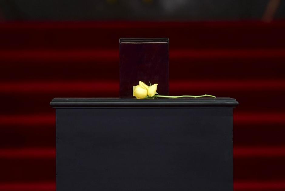 Una rosa amarilla - la flor favorita del escritor, Gabriel García Márquez - que tan a menudo llevaba en la solapa para la buena suerte, se encuentra junto a la urna con sus cenizas, durante un homenaje que le rindió en el Palacio de Bellas Artes en la Ciudad de México el 21 de abril de 2014. México se despide de lunes a su hijo adoptivo favorito. (Foto:AFP/ RONALDO SCHEMIDT)