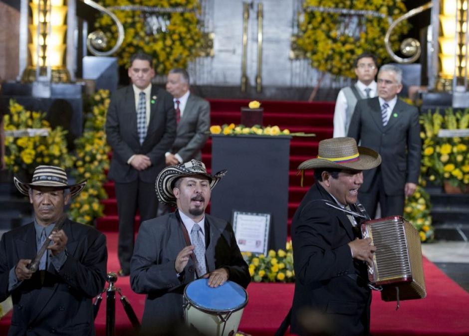 Músicos cantan Vallenato, música popular popular de Colombia en la despedida que le da el pueblo de México al escritor Gabriel García Márquez. (Foto:AFP/RONALDO SCHEMIDT)