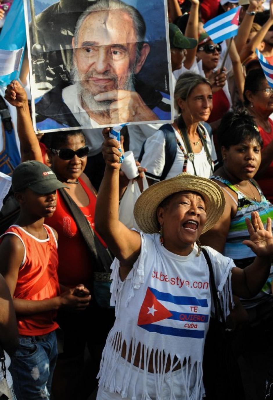 Una trabajadora cubana sostiene un cartel con el retrato del líder cubano Fidel Castro, en la manifestación que se realizó en la Plaza de la Revolución en la Habana. (Foto:AFP)
