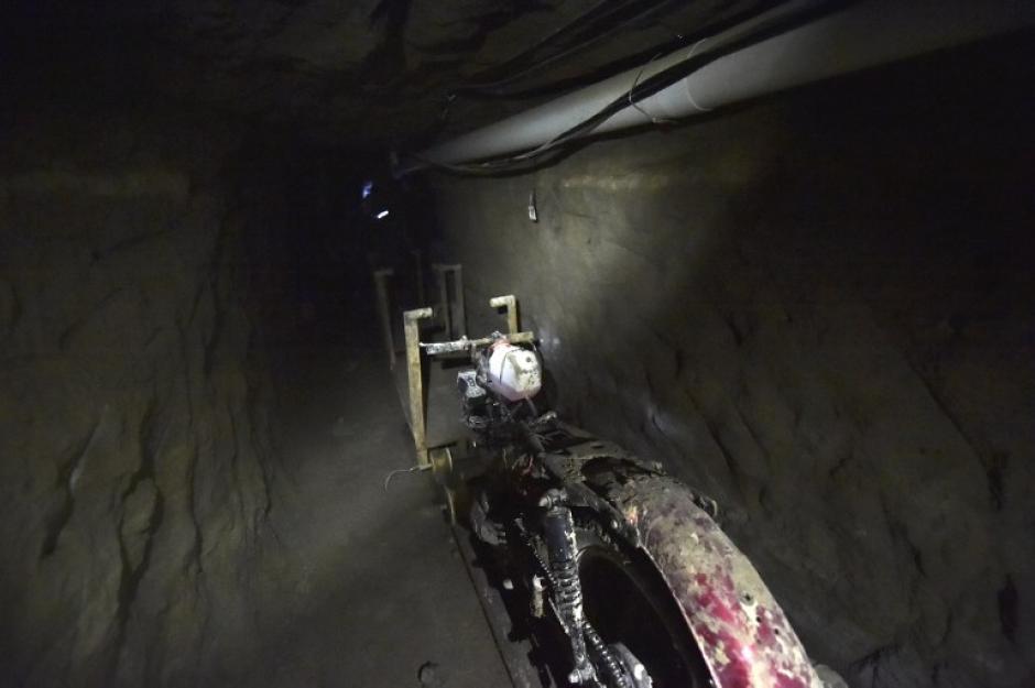 Los periodistas ingresaron al túnel por el que Joaquín Guzmán pudo escapar de prisión. En él encontraron distintos artefactos que se utilizaron para hacer el pasadizo. (Foto: AFP)