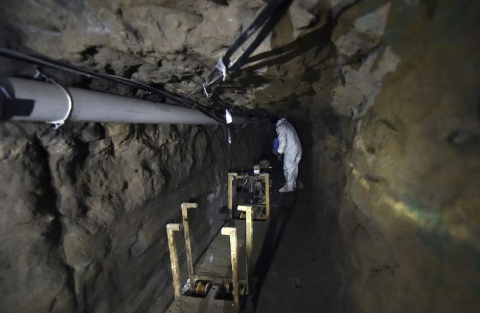 Tubos de PVC, cables eléctricos y otros artefactos fueron documentados por los comunicadores que ingresaron al túnel.(Foto: AFP)