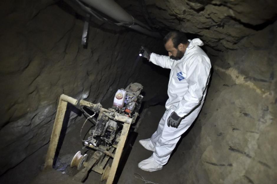 """Un fiscal del Ministerio Público de México muestra la motocicleta modificada para recorrer el túnel, utilizada por """"el Chapo"""" Guzmán.(Foto: AFP)"""