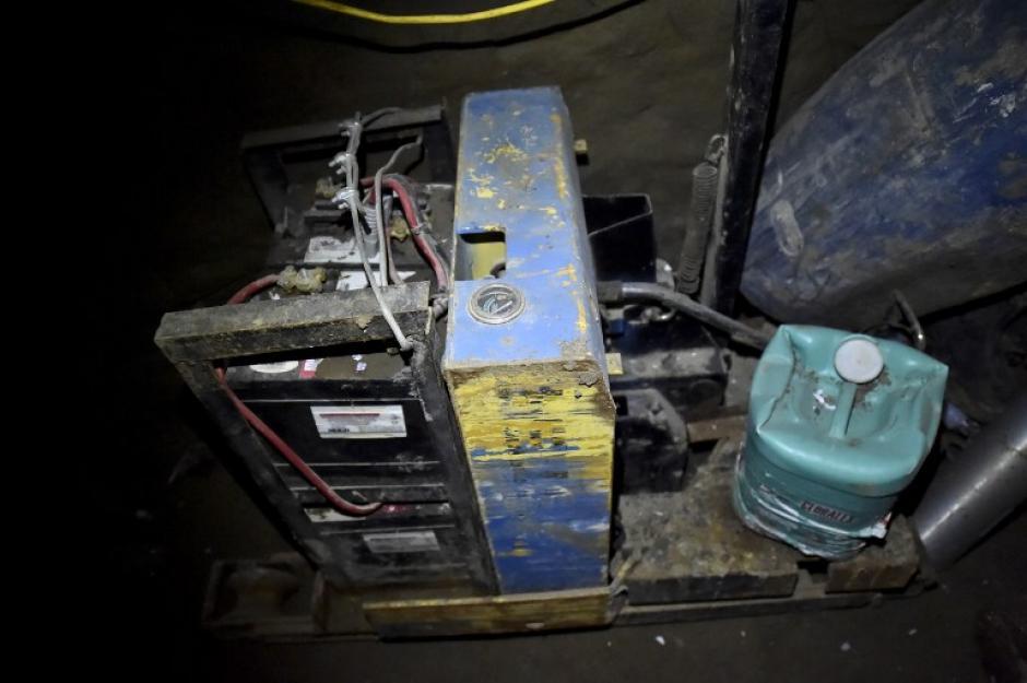 Un motor y botes de aceite fueron localizados en el lugar. Algunos aún contenían líquido.(Foto: AFP)