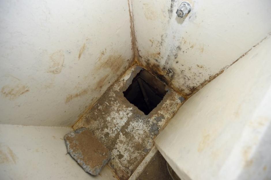 Por este agujero, el narcotraficante más buscado del mundo realizó su escape. Esta es la segunda vez que burla a las autoridades.(Foto: AFP)
