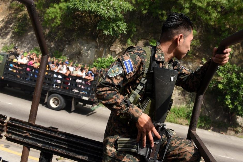 El ejército ha salido a las calles para apoyar la vigilancia de la Policía de El Salvador.(Foto: AFP)
