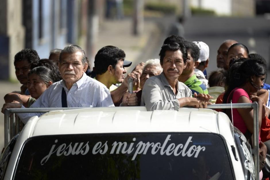 La ciudadanía ha tenido que movilizarse de distintas formas para llegar a los centros de estudios y de trabajo por la falta de unidades de transporte público.(Foto: AFP)