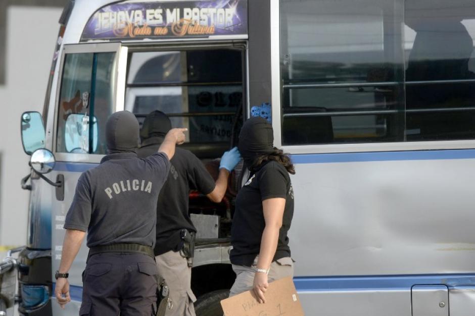 Los agentes policiales investigan lo sucedido tras un ataque a una unidad de transporte público.(Foto: AFP)