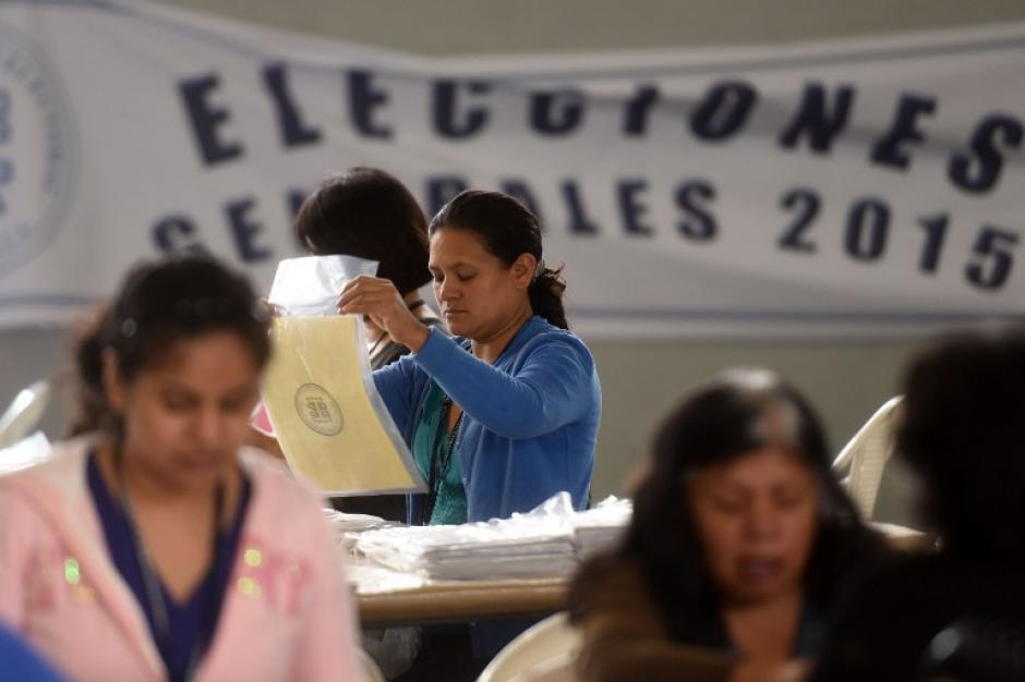 Personal del Tribunal Supremo Electoral de Guatemala prepara el material electoral para las elecciones generales del 6 de septiembre. (Foto: AFP /Marvin RECINOS)