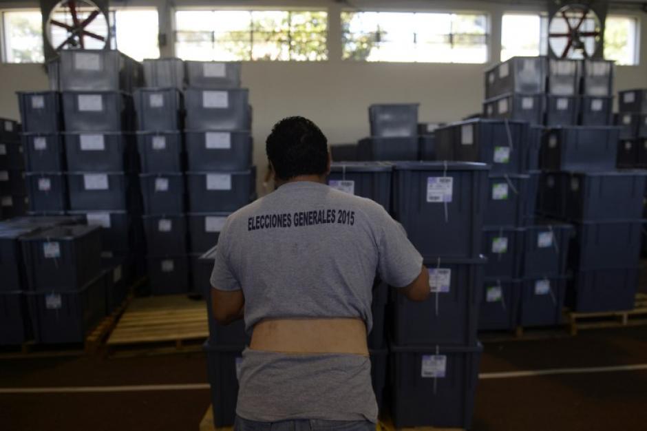 Personal del Tribunal Supremo Electoral de Guatemala preparan el material electoral en la ciudad de Guatemala el 05 de septiembre 2015, en vísperas de las elecciones generales del país. (Foto: AFP/MARVIN RECINOS)