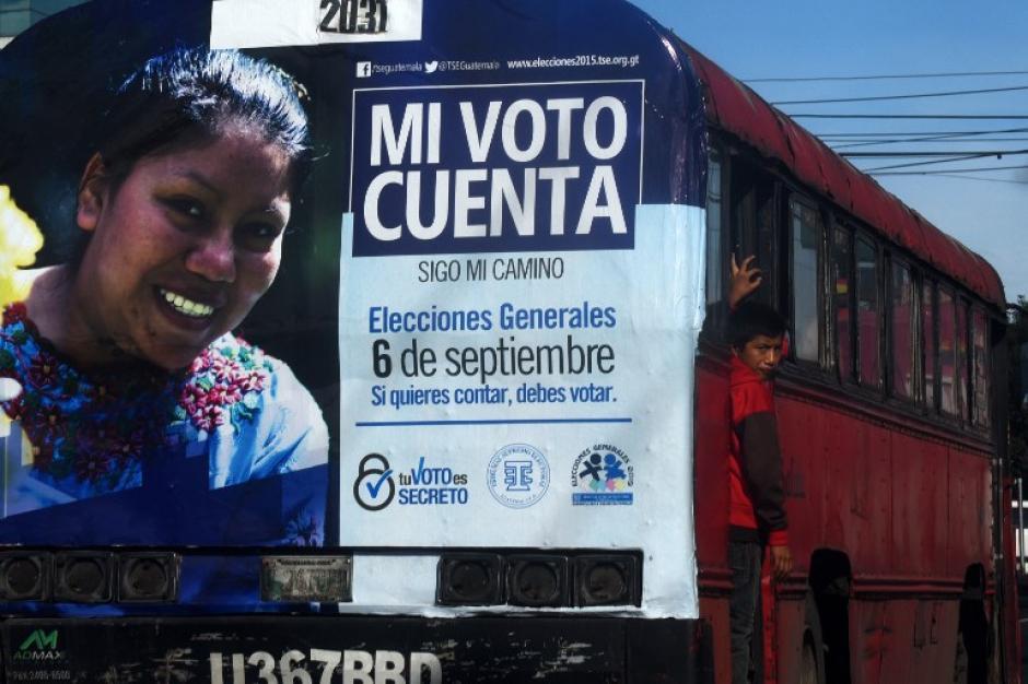 Un autobús muestra un anuncio del Tribunal Supremo Electoral que invita a la población a votar. Los centros están listos para recibir a los votantes. (Foto: AFP/Marvin Recinos)