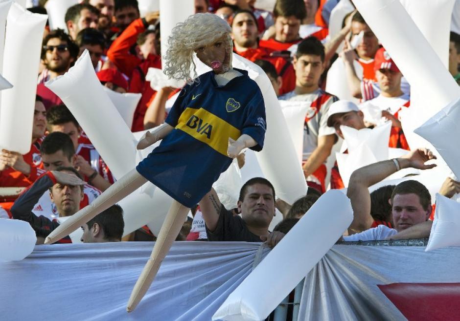 Una muñeca inflable con la camisola de Boca Juniors fue uno de los objetos que los seguidores de River Plate usaron para incitar a los jugadores rivales. (Foto: AFP)