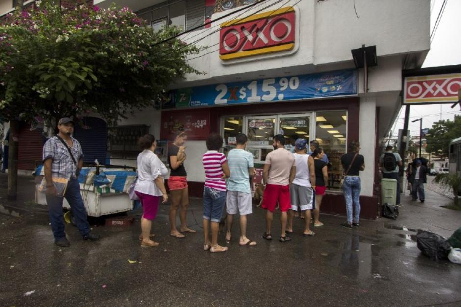 Las famosas tiendas Oxxo fueron abarrotadas por varios mexicanos para abastecerse de insumos. (Foto: AFP)