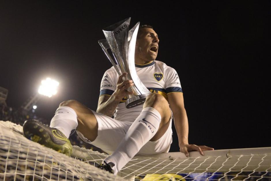 """Carlos el """"Apache"""" Tévez fue el primero en ofrecer el título a la afición. (Foto: AFP)"""