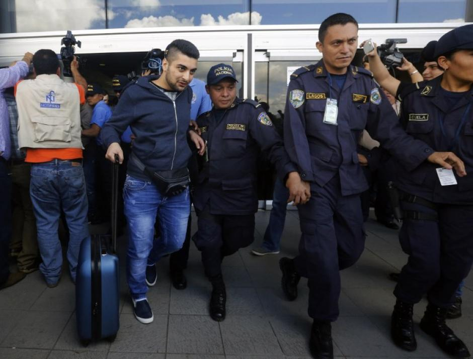 Los sirios son sindicados de delitos de falsificación de documentos y serán presentados ante la fiscalía para que se resuelva su situación legal. (Foto: AFP)
