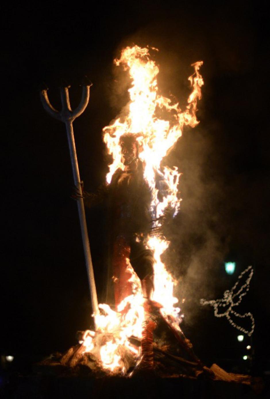 El tradicional Diablo fue quemado en Antigua Guatemala. (Foto: AFP/Johan Ordoñez)