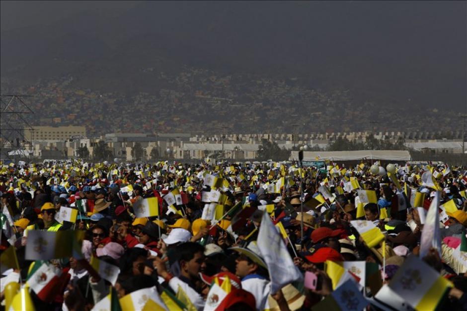 La multitud se reunió en el Centro de Estudios Superiores en Ecatepec. (Foto: AFP)