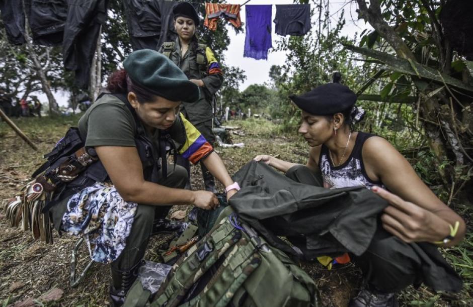 Manuela al centro, Marta, a la izquierda y Rosmira, preparan los uniformes de sus compañeros de lucha. (Foto: AFP)