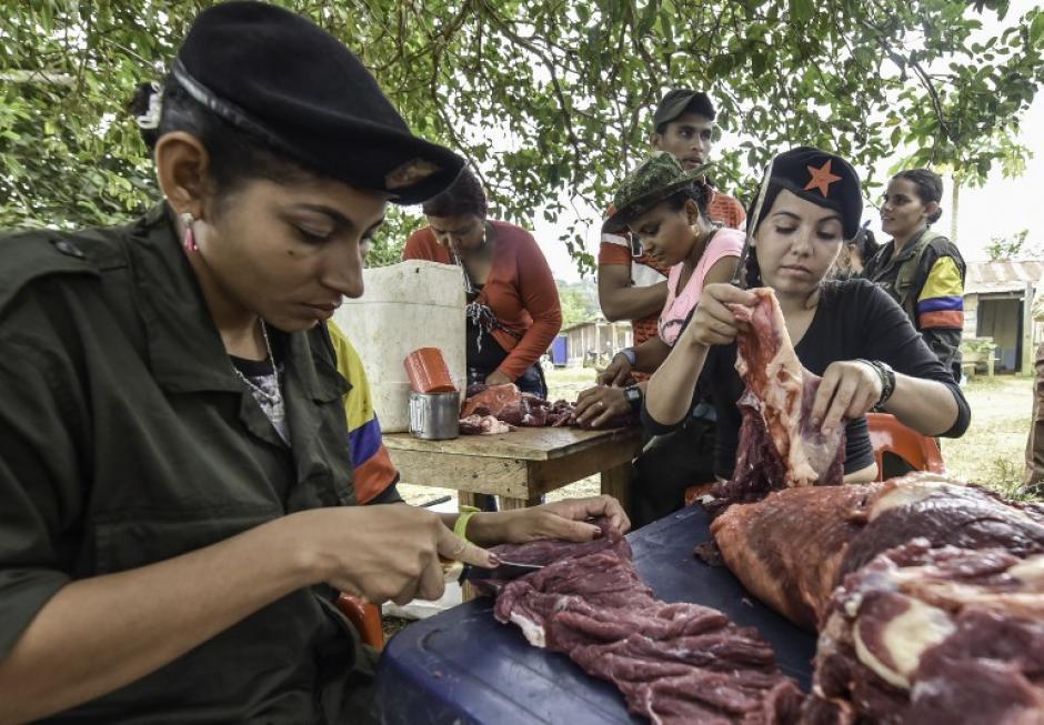 Mujeres insurgentes preparan los alimentos para sus compañeros de batalla. (Foto: AFP)