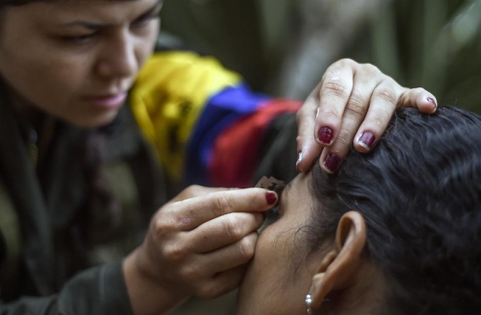 Las mujeres insurgentes se apoyan mutuamente en aspectos de belleza en zonas montañosas de Colombia. (Foto: AFP)