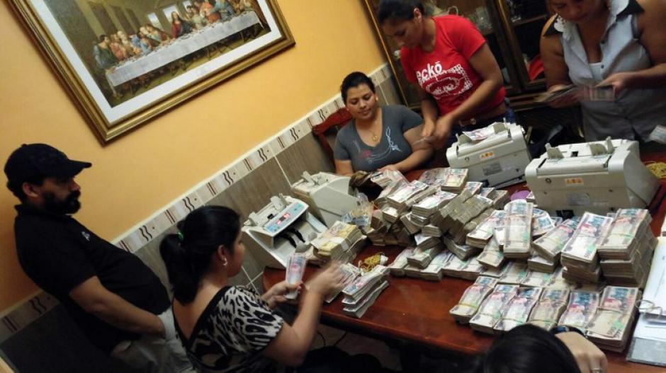 Fajos de dinero en efectivo les han sido incautados a los pandilleros. (Foto: AFP/ATIC)