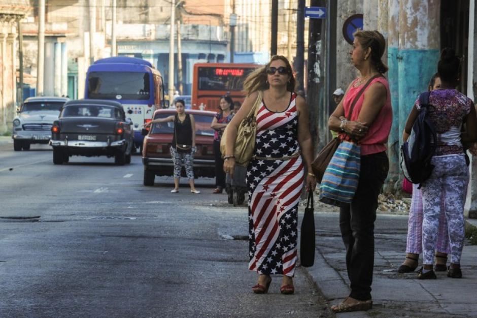 Una mujer camina con un vestido estampado con la bandera de Estados Unidos. (Foto: AFP)