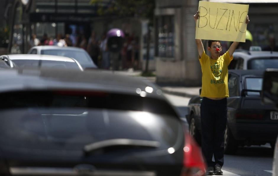 Un manifestante pide la destitución de la presidente de Brasil, Dilma Rousseff, en la Avenida Paulista. (Foto: AFP/Miguel Schincariol)