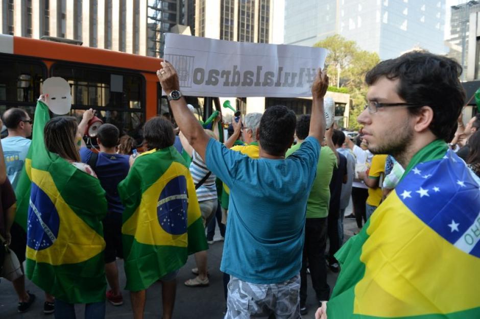 Las banderas brasileñas se han vuelto populares entre los que apoyan las manifestaciones. (Foto: AFP/Miguel Schincariol)