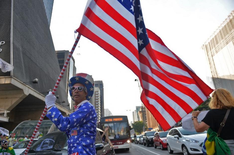 Otros incluso piden la renuncia de Lula da Silva portando la bandera de Estados Unidos. (AFP/Nelson Almeida)