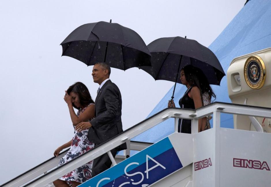Con sus sombrillas la familia Obaja bajó del Air Force 1. (Foto: AFP)