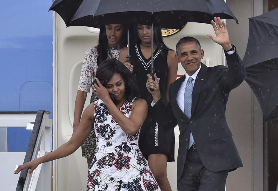 Así saludaron los Obama a su llegada a Cuba luego de casi 90 años. (Foto: AFP)