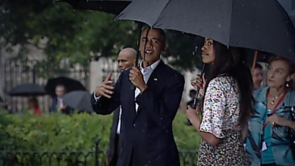 Durante el paseo por la Habana Vieja, Obama conversa con una de sus hijas. (Foto: AFP)