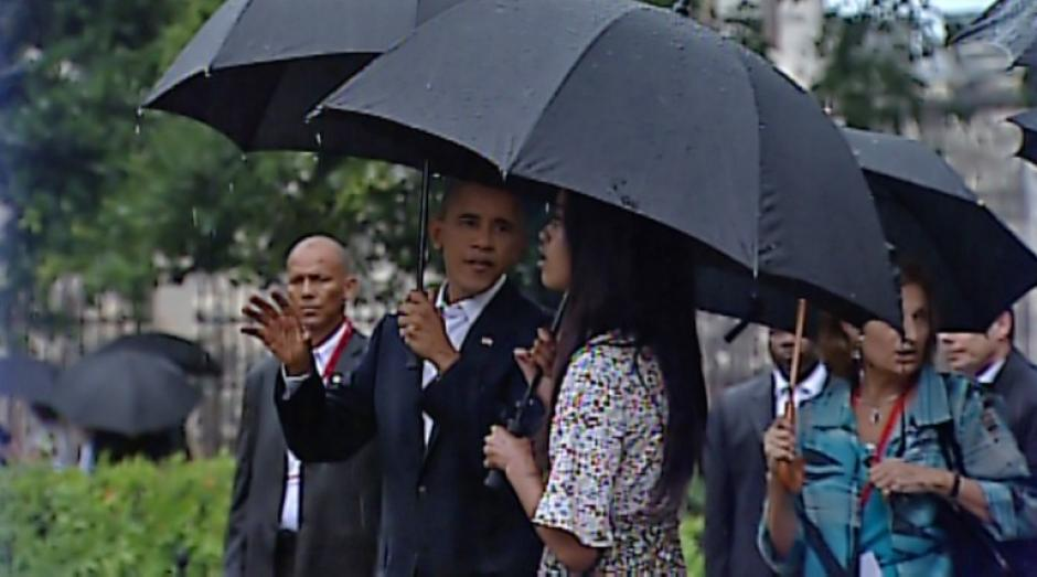 El mandatario explica en el paseo familiar de La Habana. (Foto: AFP)